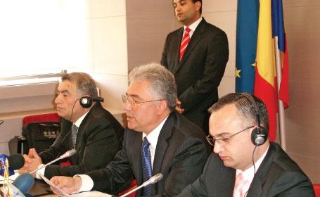 Ministrul roman al Economiei, Adriean Videanu, ministrul azer al Industriei şi Energiei, Natig Aliyev, şi ministrul georgian al Energiei, Alexander Khetaguri, oficializeaza AGRI