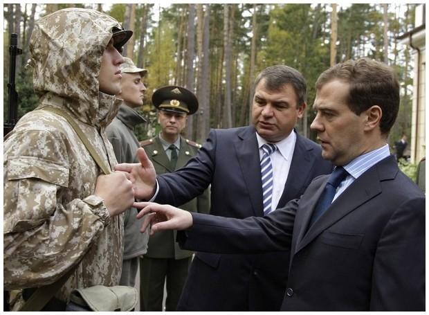 Presedintele rus, Dmitrii Medvedev, inspecteaza trupele OTSC