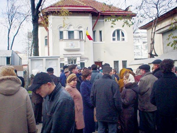 Cozile la oficiile diplomatice romanesti din Chisinau, o constanta dureroasa a ultimilor ani