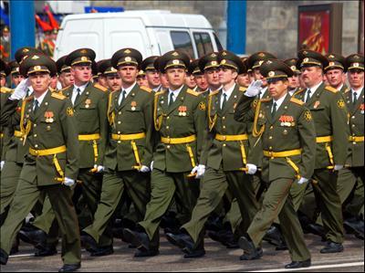 Ofiterii rusi, echipati cu noile uniforme