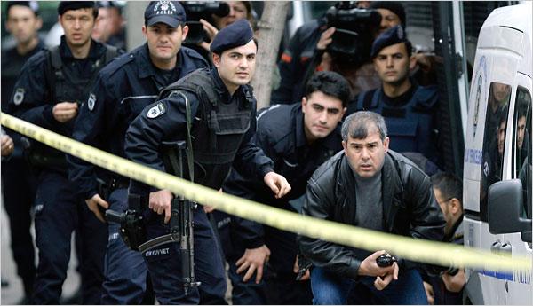 Politia turca a intervenit in forta pentru arestarea celor acuzati