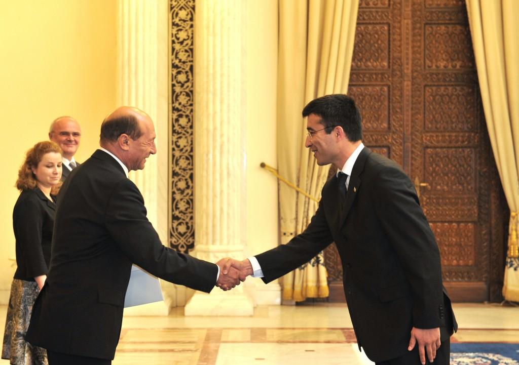 Presedintele roman Traian Basescu intinde o mana Turkmenistanului
