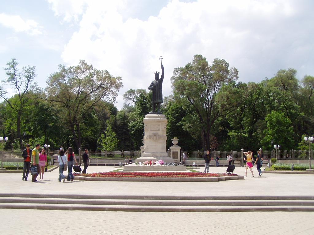 Independenta Republicii Moldova, marcata de oficialitati la statuia lui Stefan cel Mare
