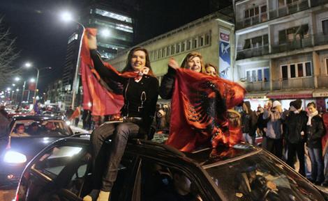 Etnicii albanezi din Kosovo sarbatoresc verdictul CIJ