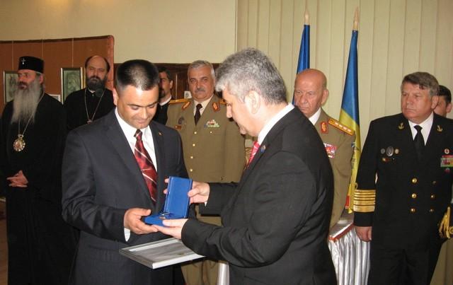 Ministrul roman al Apararii Gabriel Oprea l-a decorat anterior pe omologul sau de la Chisinau, Vitalie Marinuta