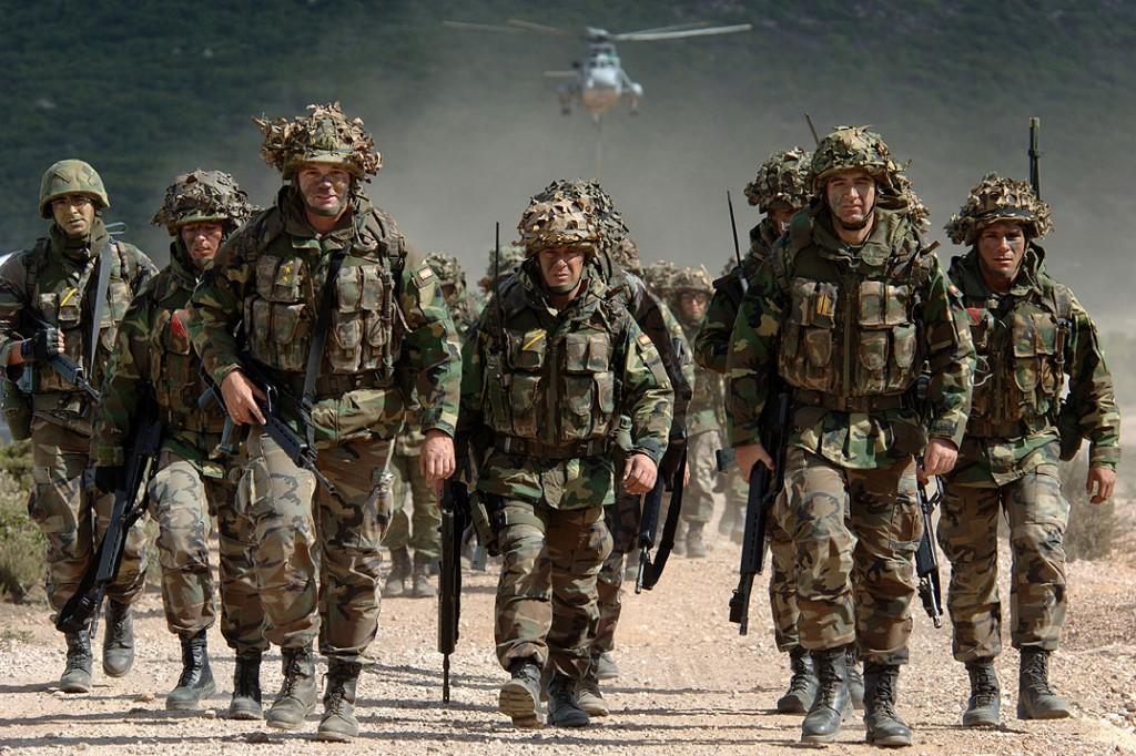 Soldatii NATO, chemati sa combata inundatiile din Balcani