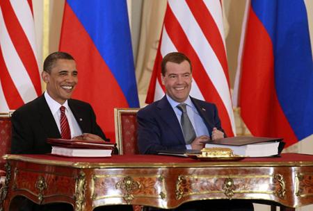 Presedintele rus, Dmitrii Medvedev, forteaza mana omologului sau american, Barack Obama