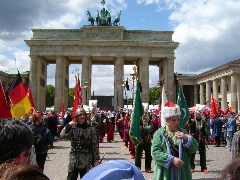 Parada turca pe sub poarta Brandenburg din Berlin. Conform datelor neoficiale, aproximativ 8 milioane de turci locuiesc, legal si ilegal, in Republica Federala Germania