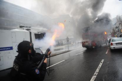 kurdish-protestors-clash-with-police-in-turkey-2011-01-16_l