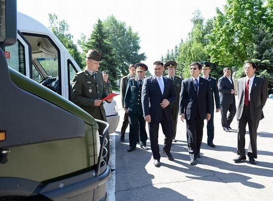 Vitalie Marinuta inspecteaza tehnica primita din partea Chinei (army.md)