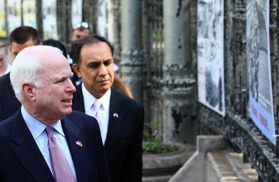 McCain la expozitia de fotografii Teroarea rosie