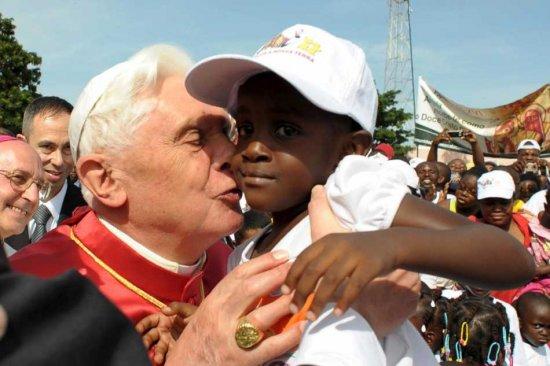 Papa Benedict al XVI-lea, acuzat de musamalizarea problemei clericilor romano-catolici pedofili