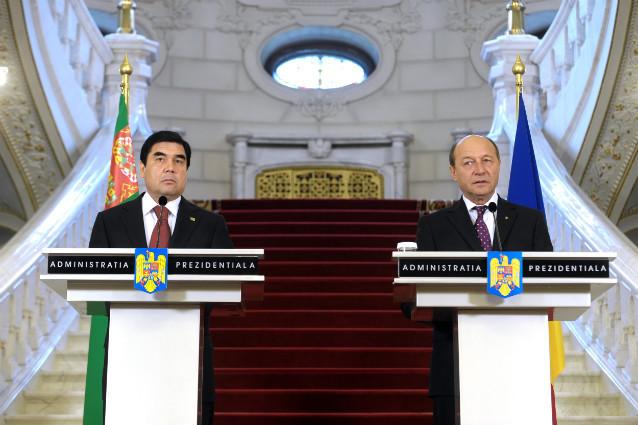 Presedintele roman Traian Basescu si omologul sau turkmen Gurbanguli Berdimuhamedov, pregatiti de negocieri