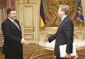 Presedintele ucrainean, Viktor Ianukovici, impreuna cu Stefan Fule, comisarul european pentru extindere