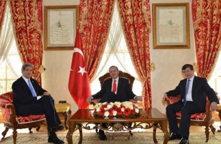 Secretarul de stat al SUA, John Kerry (stanga), premierul turc Recep Erdogan (centru) si ministrul turc de Externe, Ahmet Davutoglu (dreapta)