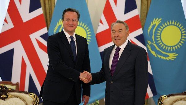 Premierul britanic, David Cameron (stanga), impreuna cu presedintele kazah, Nusurltan Nazarbaiev