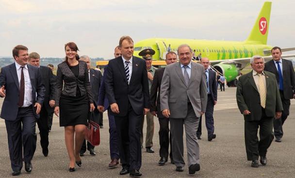 Liderul separatist Evgheni  Sevciuk si omologul sau osetin, Leonid Tibilov pe aeroportul Tinvali