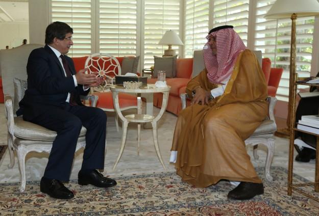 Ministrul saudit al Afacerilor Externe, Saud al-Faisal, si omologul sau turc, Ahmet Davutoglu (stanga)