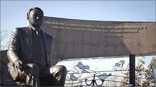 Monumentele in cinstea liderului Nursultan Nazarbaiev, o prezenta obisnuita in Kazahstan