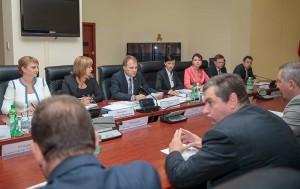 Liderul separatist Evgheni Sevciuk, la masa negocierilor cu vicepremierul rus, Dmitri Rogozin