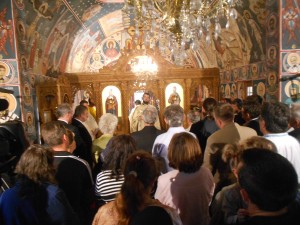 Romanii adunati la slujba din biserica de la Malainita (Valea Timocului)