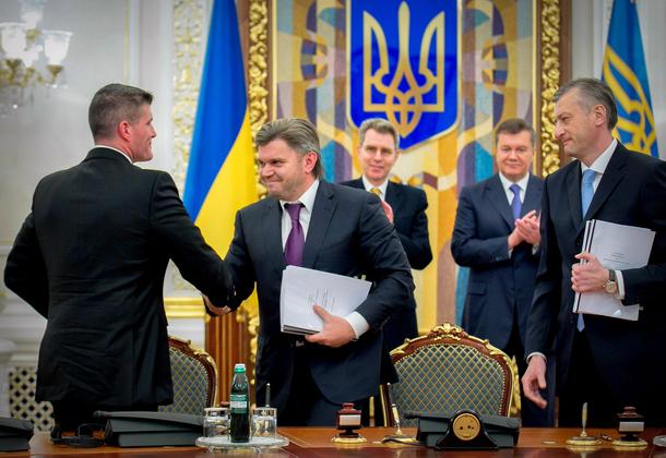 Ministrul ucrainean al Energiei, Eduard Stavitski (centru), impreuna cu reprezentantii Chevron