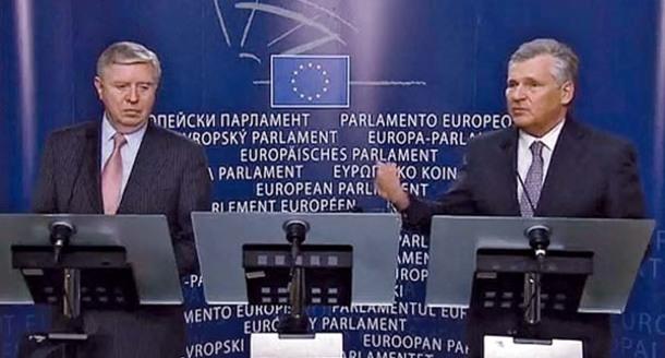 Fostul presedinte polonez Aleksander Kwasniewski si fostul presedinte al Parlamentului European (PE), Pat Cox