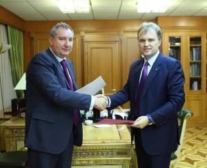 Vicepremierul Dmitri Rogozin, impreuna cu liderul separatist, Evgheni Sevciuk
