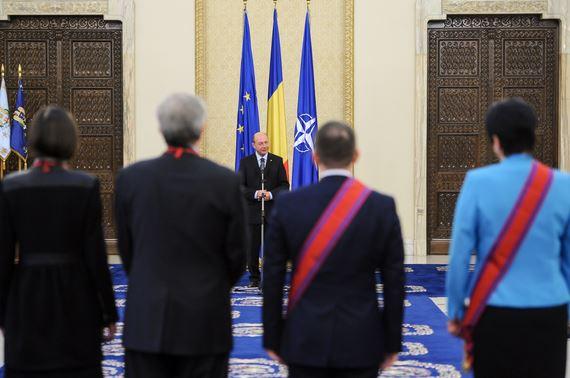 Președintele Traian Băsescu îi decorează parlamentarii de peste Prut care au contribui la declararea limbii române ca limbă oficială la Chişinău