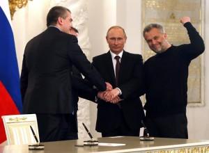 Presedintele rus, Vladimir Putin și premierul crimeean, Serghei Aksionov (dreapta)