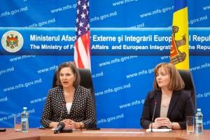 Adjunctul secretarului de Stat al SUA, Victoria Nuland (stanga), impreuna cu ministrul de Externe al Republicii Moldova, Natalia Gherman