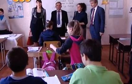 """Nina Ștanski (stânga), Ion Iovcev (centru) și vicepremierul RM, Eugen Carpov (dreapta), în vizită la Liceul cu predare în limba română """"Lucian Blaga"""" din Tiraspol"""