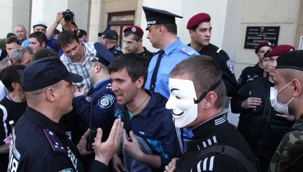 Protestari din fata televiziunii locale din Donetk
