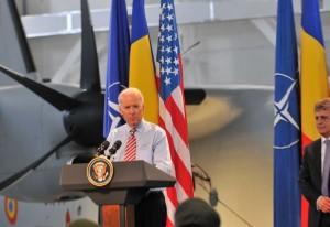 Vicepreședintele american Joe Biden, împreuna cu ministrul roman al Apararii, Mircea Dusa