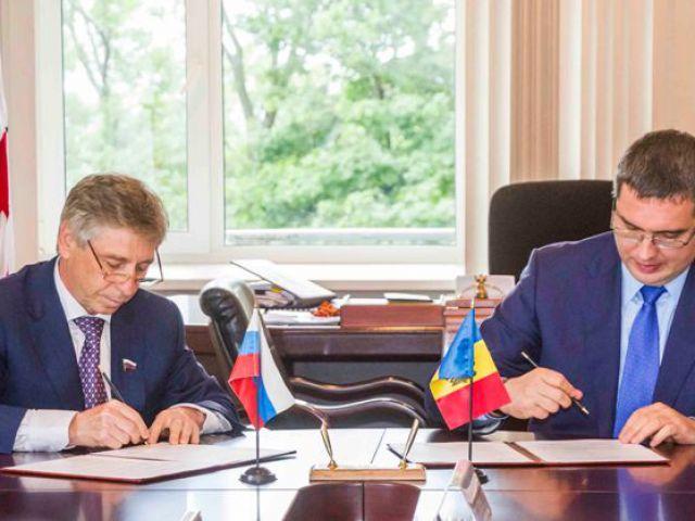 Primarul din Nijni Novgorod, Ivan Karnilin, semnează împreună cu Renato Usatîi actul de înfrățire