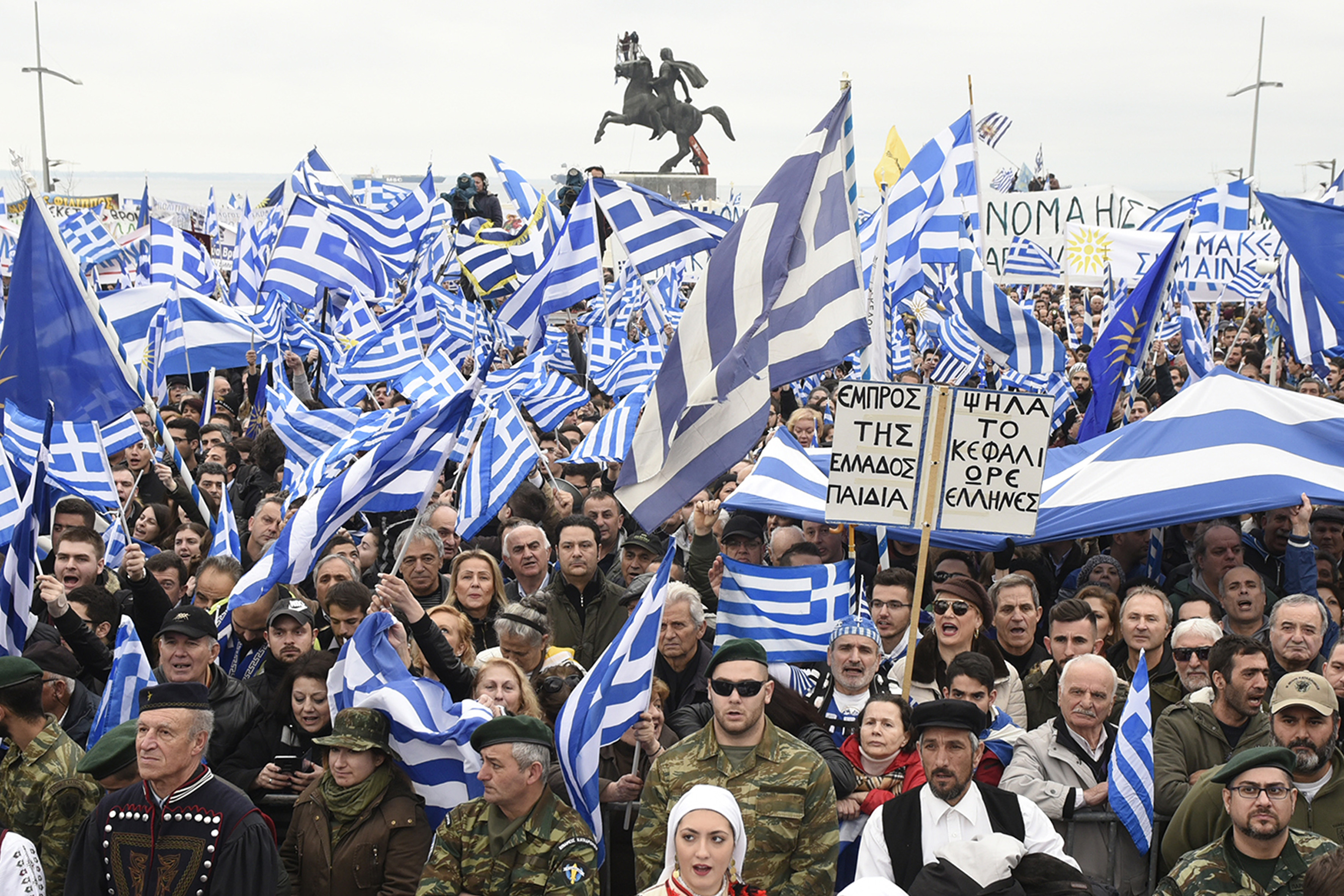 Zeci-de-mii-de-greci-protestează-periodic-față-de-negocierile-dintre-Atena-și-Skopje