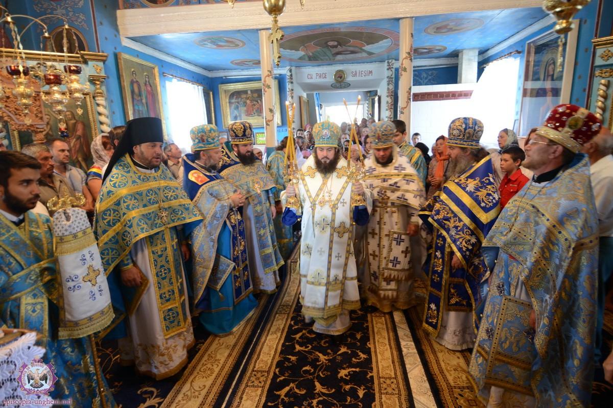 Episcopul Petru de Ungheni și Nisporeni slujind în biserica din Dereneu alături de preotul Florin Marin (2015)