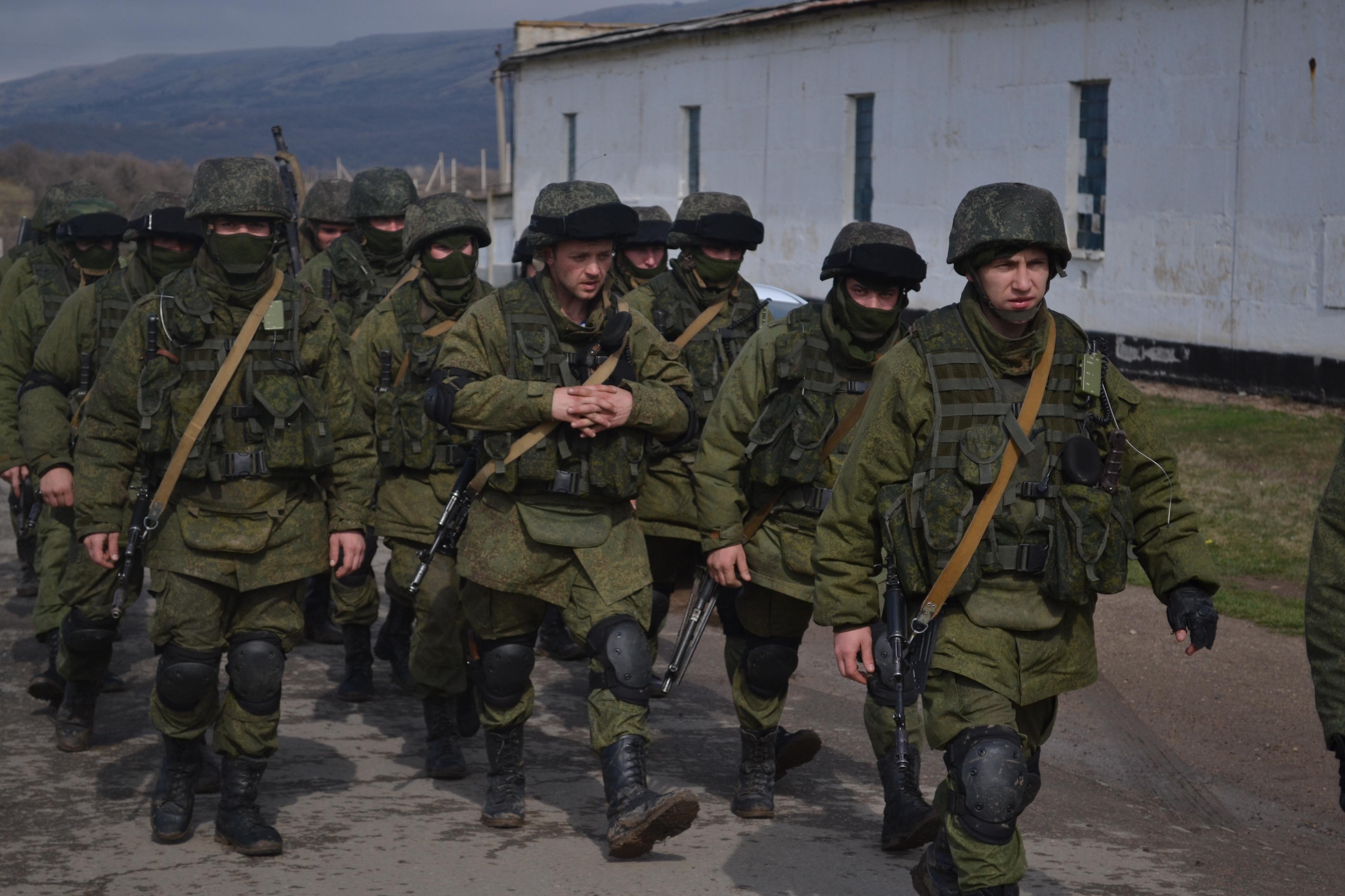 Forțele militare ruse, fără însemne, au ocupat rapid obiectivele strategice din Republica Crimeea și orașul Sevastopol