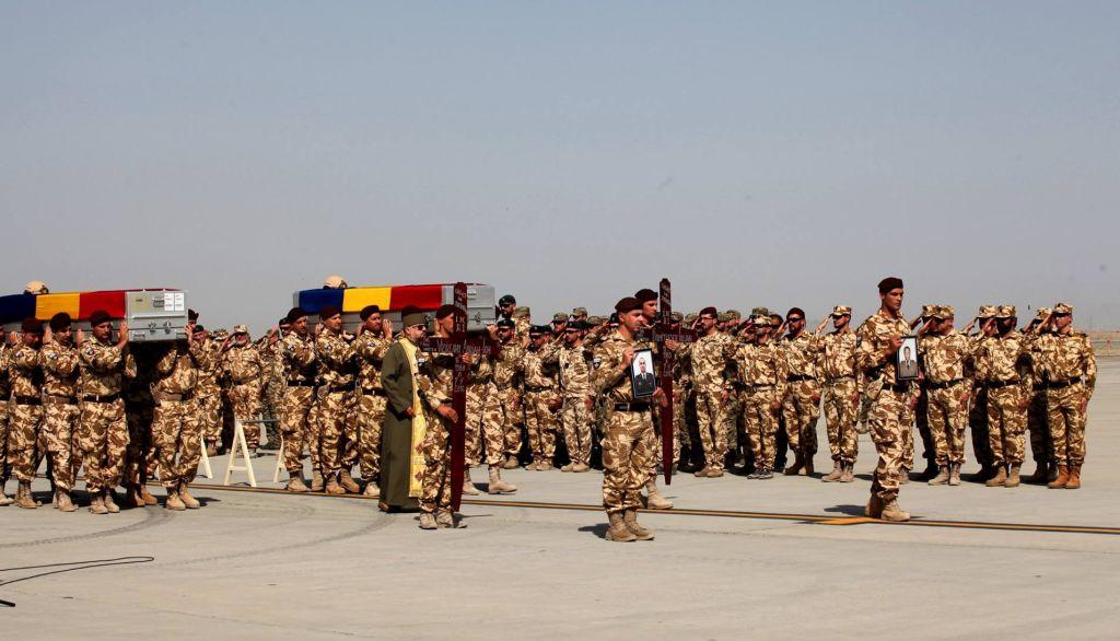 Repatrierea camarazilor căzuți pe frontul afgan, o imagine dureroasă în garnizoanele militare ale României