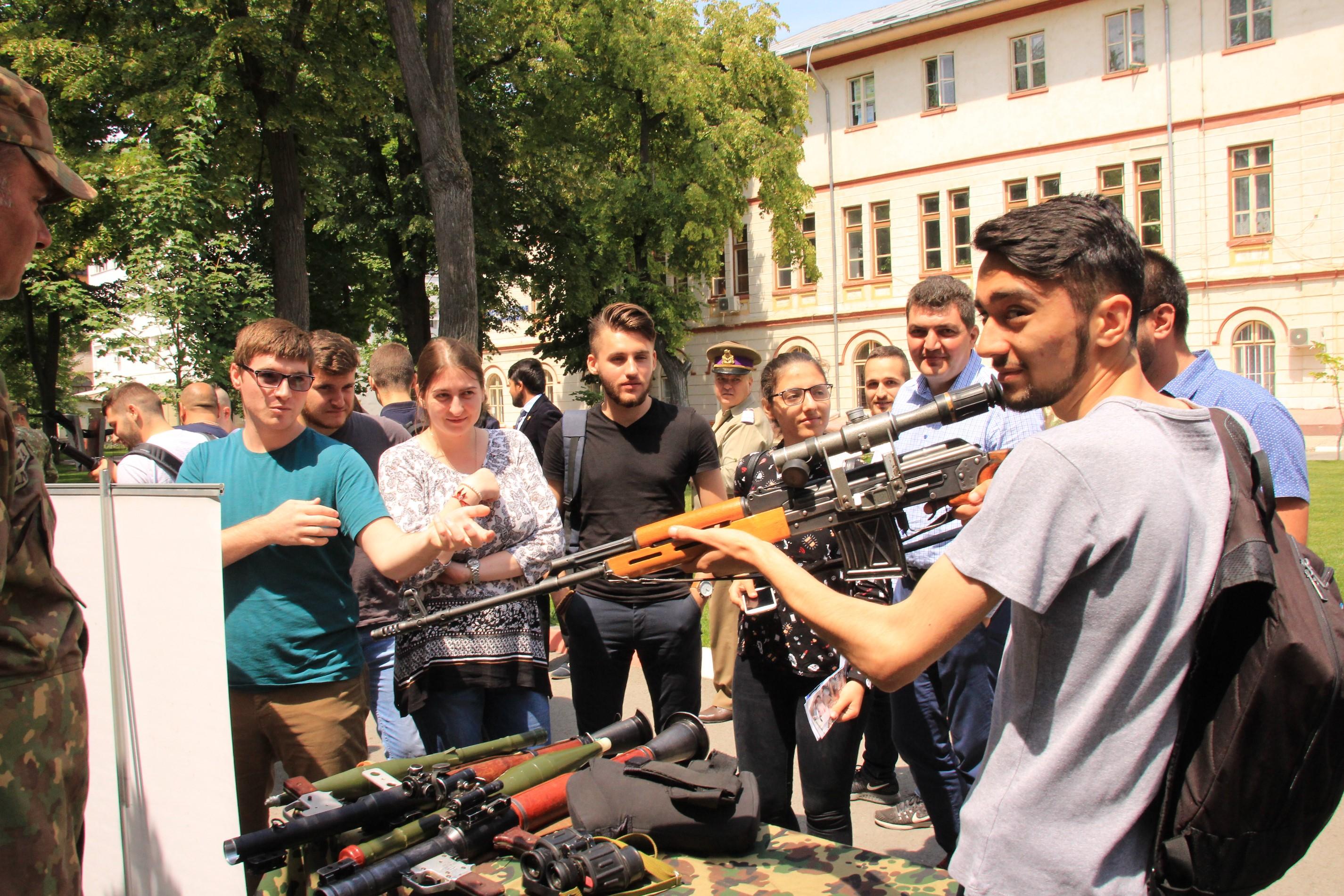 NATO, o oportunitate pentru tinerii români