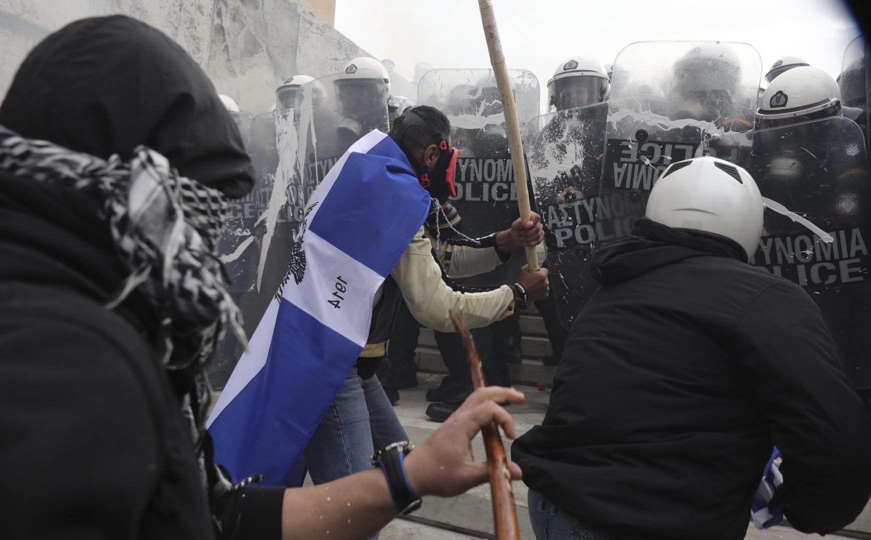 Atena-sfasiata-de-proteste