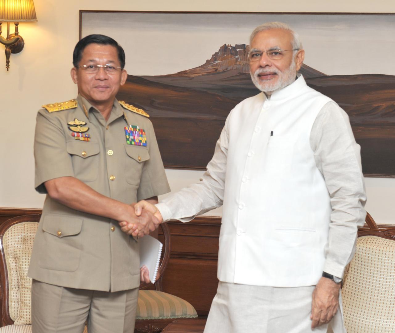 Generalul Min Aung Hlaing alături de premierul indian Shri Narendra Modi